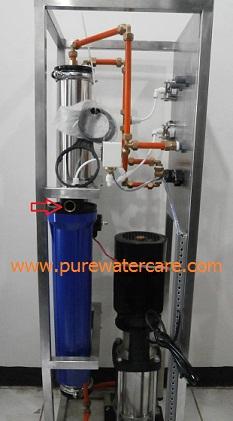 Salurkan air baku masuk ke housing Filter 20 inchi yang akan dialirkan oleh pompa pendorong ke Membran RO. Gunakan pipa food grade berukuran 3/4 Inchi